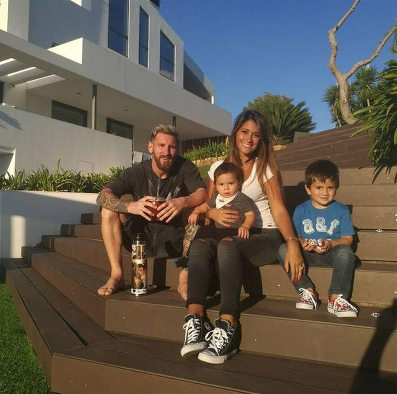 Messi with his family in the garden