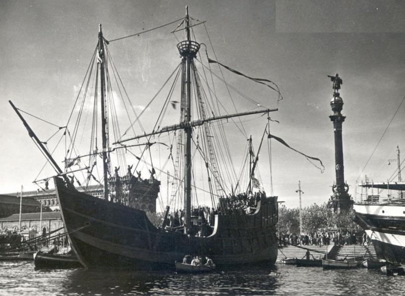 Bateau avec la colonne de Christophe Colomb