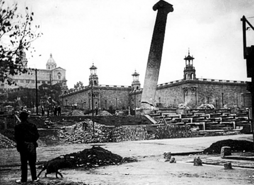 Les quatre colonnes de Montjuïc détruites