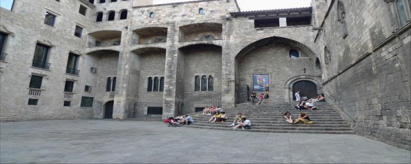 Студенты в Готическом квартале Барселоны