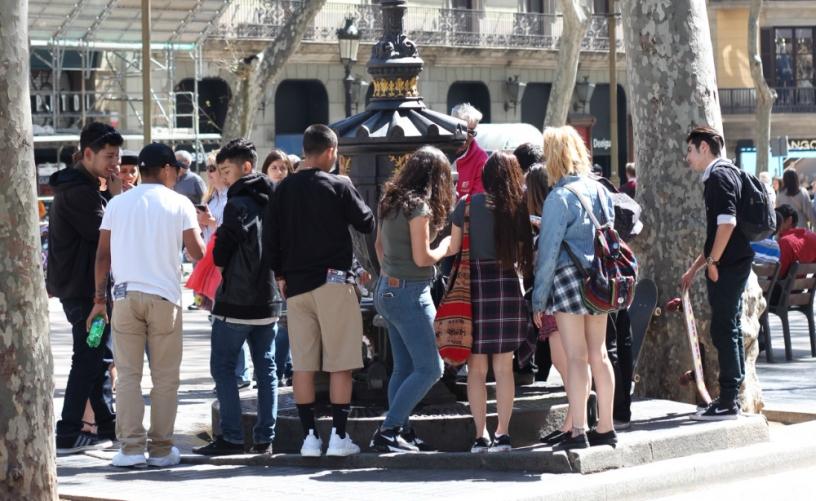 Gente attorno alla Fuente de Canaletas