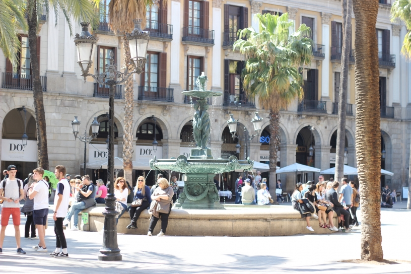 Fountaine de la Placa Reial In Barcelona