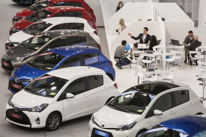 Personas trabajando en la Convención del Automóvil