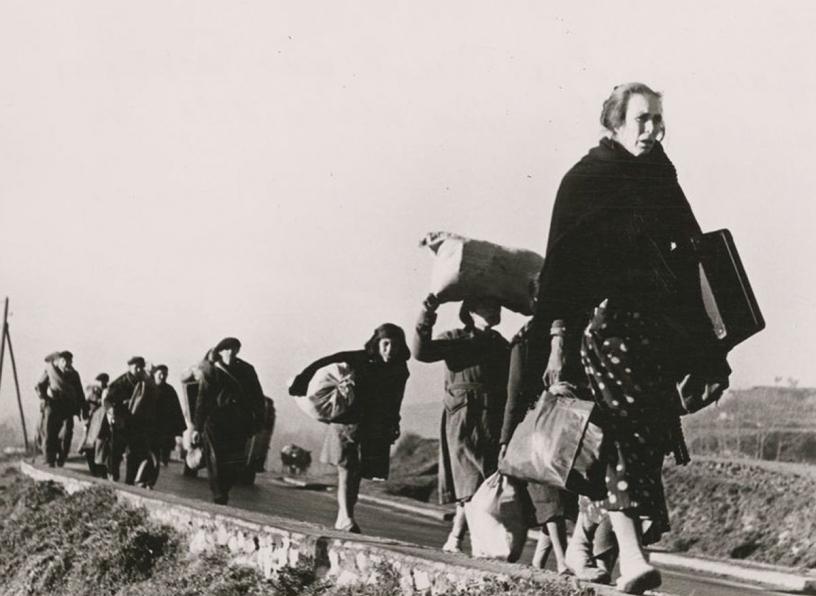 Inmigrantes andando rumbo hacia algún lugar huyendo