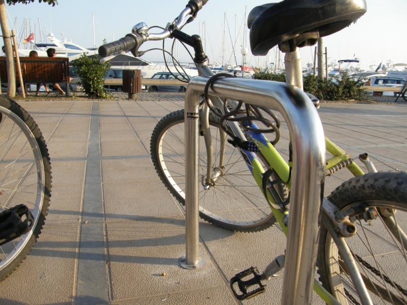 bicicleta aparcada en el puerto