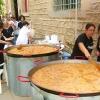 Cocinando la paella popular