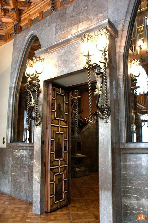 Ingången till centralhallen av Palau Güell i Barcelona