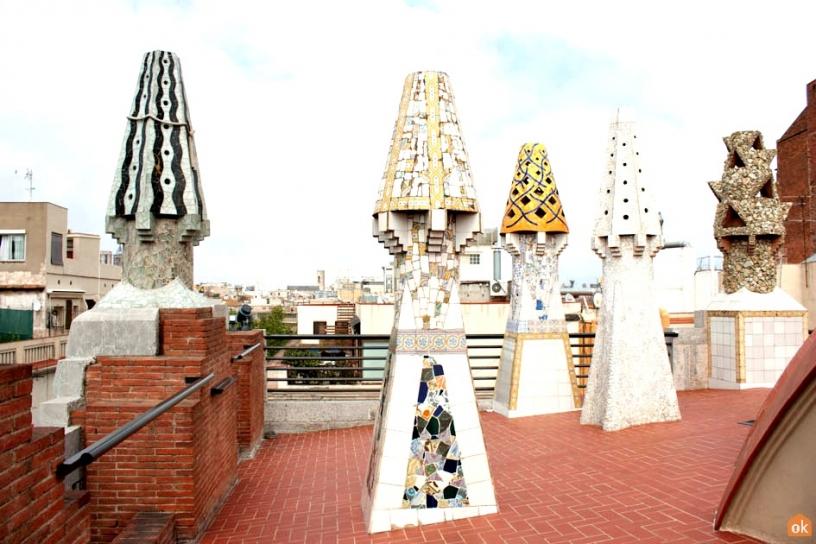 Skorstenar i terrassen på Palau Güell Barcelona