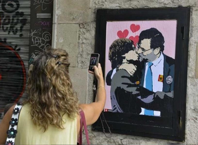 Caricatura di Rajoy e Puigdemont mentre di baciano
