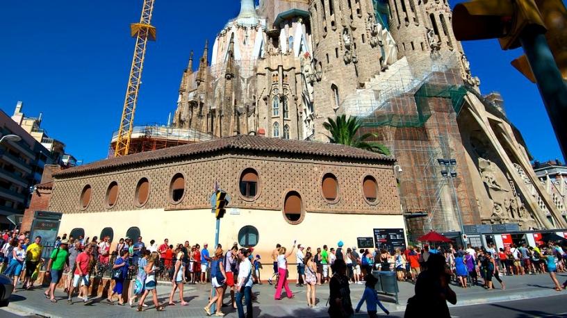 Kö utanför Sagrada Familia i Barcelona