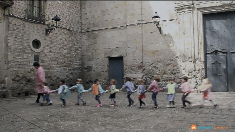 Детки из школы Сант Фелип Нери, на площади