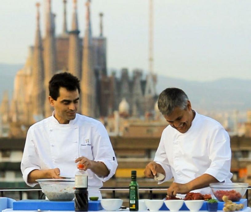 Cocineros en una terraza, Sagrada Familia de fondo