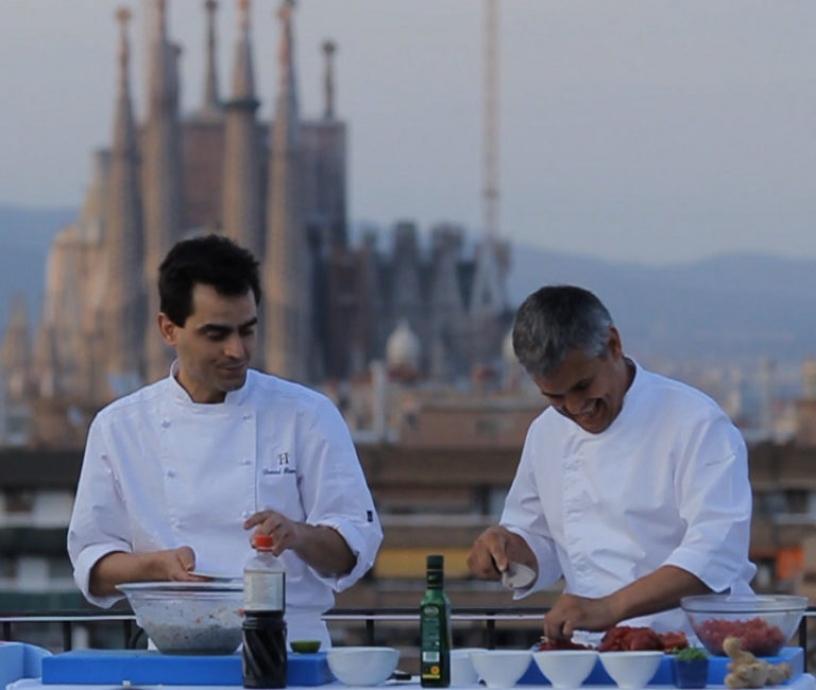 Cocineros en una terraza con la Sagrada Familia de fondo