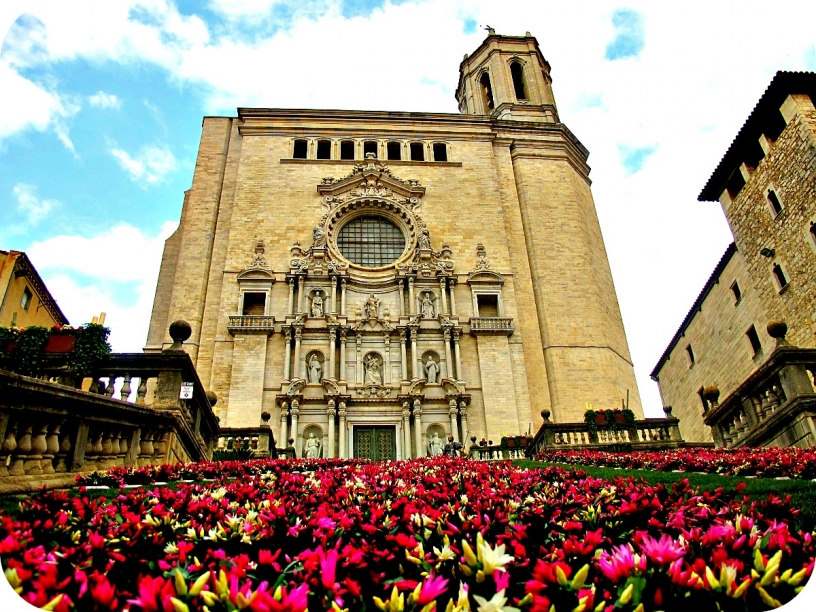 Dekorerad kyrka i Girona