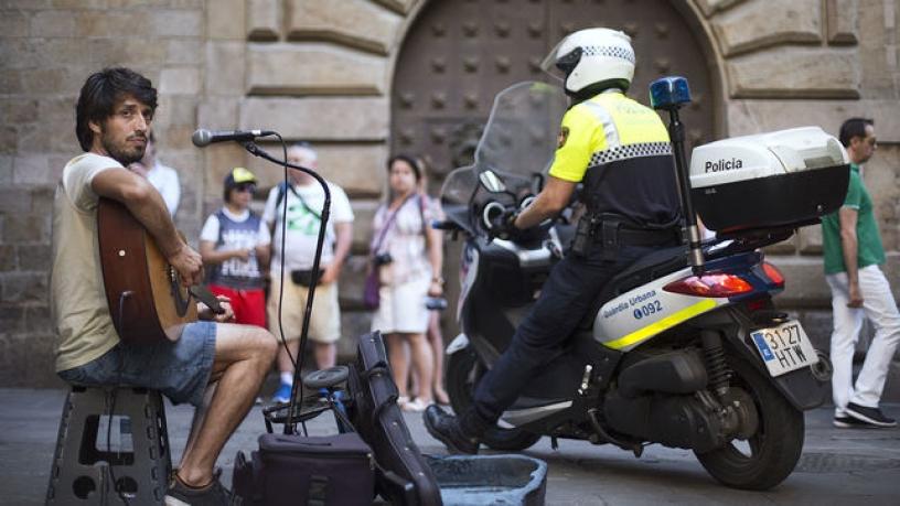 policia y musico