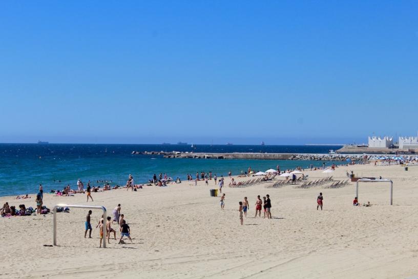 пляж Bogatell, футбол