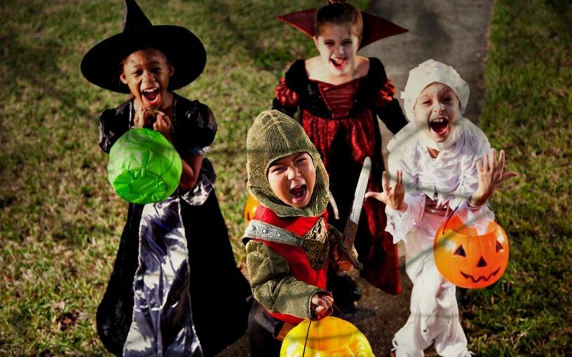 Los niños disfrutando de Halloween