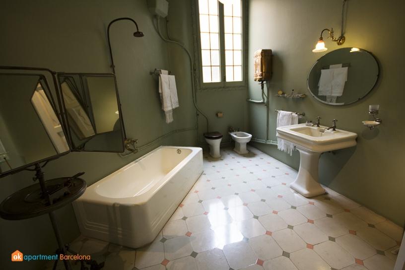 Cuarto de baño de la Casa Milá o La Pedrera de Gaudí en Barcelona