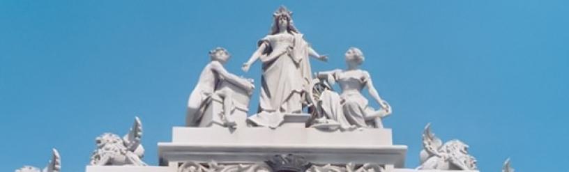 Escultura de Hermes en el puerto de Barcelona