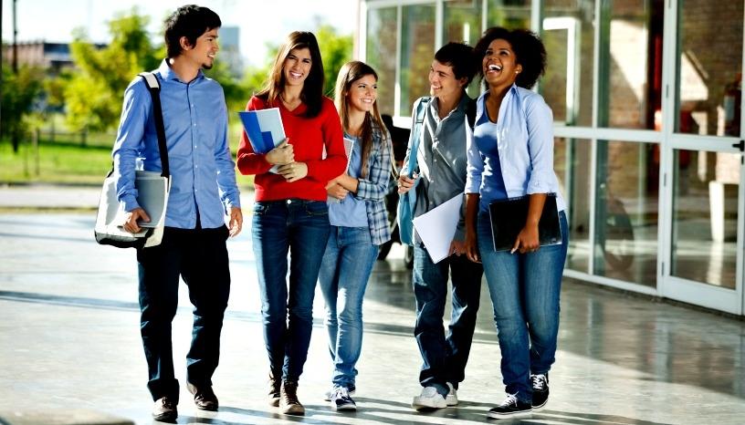Студенты в кампусе университета