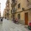 Clădire şi strada.
