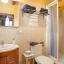 Ванна кімната з душовою кабіною