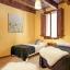 Slaapkamer met tweepersoonsbed en een bed