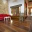 Rummelig stue med klaver