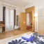 Dormitor matrimonial cu decor din lemn