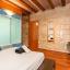 Dormitor modern cu grinzi rustic