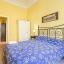 Dormitorio con placard y balcón