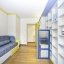 Dormitorio con un montón de almacenaje