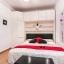 Habitación doble con un montón de espacio de almacenamiento