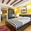 素朴な梁と現代のマスター ベッド ルーム