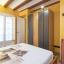 Sovrum med garderob och hyllor