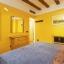 Schlafzimmer mit Doppelbett mit Kommode und Kleiderschrank