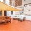 Amplia terraza con mesa y sofá