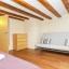 Dormitorio con vigas rústicas