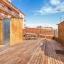 Terraço comunitário com decks de madeira