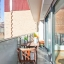 Balcón cubierto con mesa