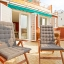 Aurinkotuoleja terassilla