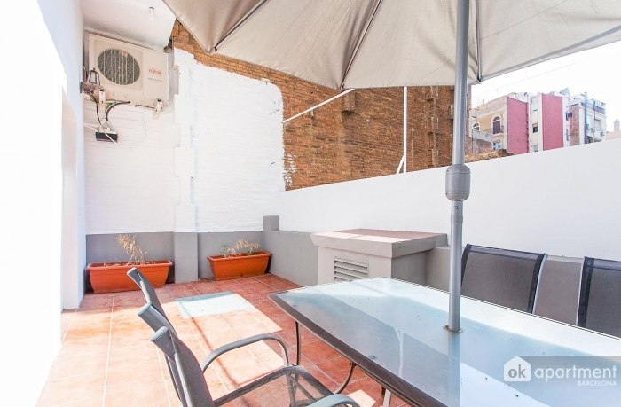 Terraço com mesa de parasol