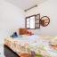 Sovrum med dubbelsäng med stor garderob