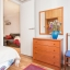 Camera da letto con armadio e comò