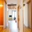 Schlafzimmer mit Doppelbett mit Kleiderschrank