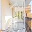 Gemütlicher Balkon mit gefliesten Böden