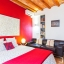 Dobbelt soveværelse og opholdsstue med sofa
