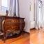 Authentiek modernistische dressoir in slaapkamer