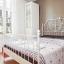 Moderne soveværelse med garderobe og kommode