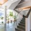 Schody a výtah v budově